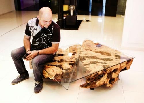 A barcellona una mostra di mobili realizzati con legno dulivo alla