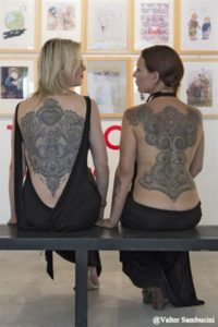 Sara e Melinda tatuate da Marco Manzo foto di Valter Sambucini